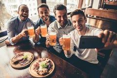 Друзья в pub Стоковое Изображение