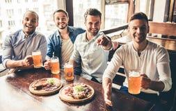 Друзья в pub Стоковые Фото
