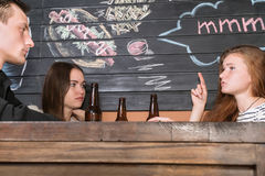 Друзья говоря в баре Стоковая Фотография RF