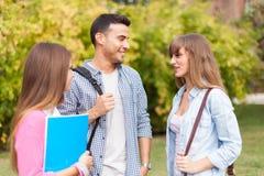 Друзья говоря в парке стоковое изображение rf