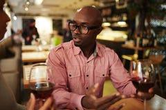 Друзья говоря над вином Стоковое Изображение RF