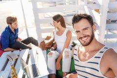 Друзья говоря совместно на таблице outdoors Стоковые Фото