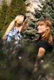 друзья города встречают женщин парка Стоковые Фотографии RF