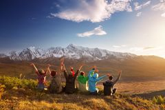 Друзья группы счастливые имея верхнюю часть горы потехи стоковые фото