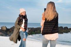 Друзья Девушки фотографируют на пляже Стоковая Фотография