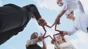 Друзья делают диаграммы руки и бег ` s звезды сток-видео