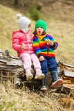 Друзья детей есть торты в природе Стоковые Фото