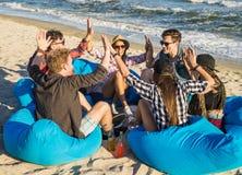 Друзья держа руки на пляже Стоковые Изображения RF