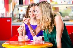 Друзья есть мороженое в кафе Стоковое Изображение RF