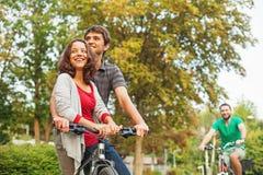 Друзья ехать велосипеды стоковое изображение