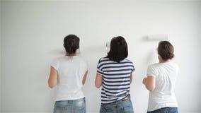 Друзья делают ремонты дома Смешные девушки танцуют и красят стены в квартире акции видеоматериалы