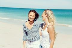 Друзья женщины на пляже стоковые фото