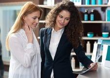 Друзья женщины смотря брошюру Стоковое Изображение