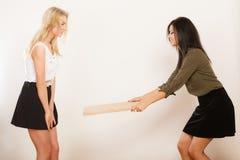 Друзья женщин имея ветер потехи дуя Стоковое фото RF