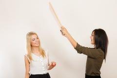 Друзья женщин имея ветер потехи дуя Стоковые Изображения