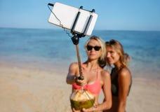 Друзья женщин на празднике пляжа принимая selfie Стоковая Фотография