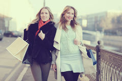 Друзья женщин путешествуя город Стоковые Изображения RF
