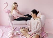 Друзья женщин сидя в живущей комнате совместно Стоковое Фото