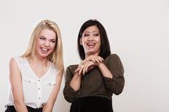 Друзья женщин multiracial имея потеху Стоковые Фотографии RF