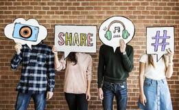 Друзья задерживая мысль клокочут с социальным ico концепции средств массовой информации Стоковые Изображения RF