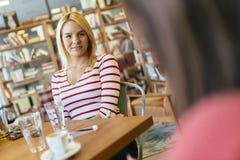 Друзья злословя и беседуя в кафе Стоковое Фото