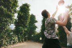 Друзья играя баскетбол и имея потеху Стоковые Фото