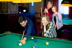 Друзья играя биллиард Стоковая Фотография RF