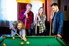 Друзья играя биллиард Стоковое Фото