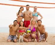 Друзья играя волейбол на пляже Стоковые Изображения RF