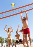Друзья играя волейбол Стоковая Фотография RF