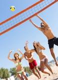 Друзья играя волейбол Стоковое Фото