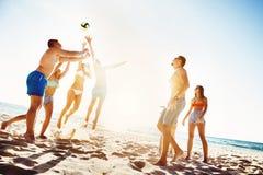 Друзья играя время захода солнца voleyball пляжа Стоковое Изображение