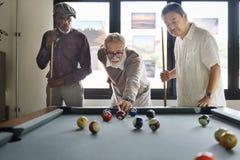 Друзья играя концепцию счастья релаксации биллиарда Стоковые Фотографии RF