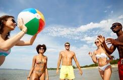 Друзья играя с шариком пляжа летом стоковое фото rf