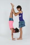 Друзья играя handstand Стоковые Фото