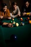 Друзья играя snooker стоковое изображение rf