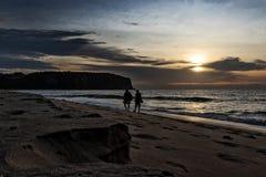 Друзья идя на пляж Cabo Ledo anisette вышесказанного стоковая фотография rf