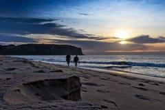 Друзья идя на пляж Cabo Ledo anisette вышесказанного стоковое фото rf