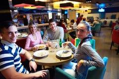 Друзья имеют пролом lanch в торговом центре Стоковые Фотографии RF