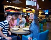 Друзья имеют пролом lanch в торговом центре Стоковое Фото