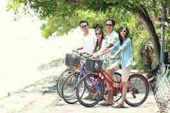 Друзья имея велосипед катания потехи совместно стоковая фотография rf