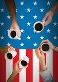 Друзья имея кофе против американского флага бесплатная иллюстрация