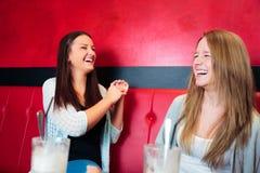 Друзья имея потеху на кафе Стоковое Изображение RF