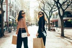 Друзья имея потеху на увеличении объема покупок в городе Стоковые Фотографии RF