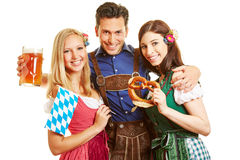 Друзья имея потеху на Oktoberfest Стоковое фото RF
