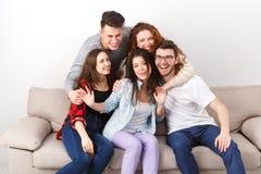 Друзья имея потеху, принимая партию selfie дома Стоковая Фотография RF