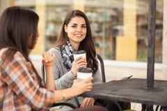 Друзья имея чашку кофе outdoors Стоковое Изображение