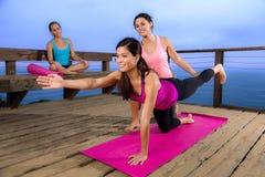 Друзья инструктора класса тренера красивого модельного женского представления йоги женщины личные отходят Стоковое Фото