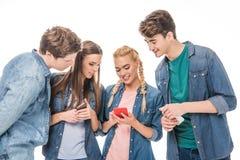 Друзья используя smartphones Стоковые Фотографии RF