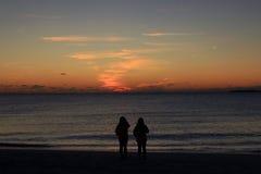 Друзья и заход солнца Стоковое фото RF
